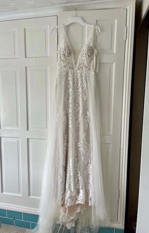 Enzoani   Wedding Dress   Fit to Flare   C2570